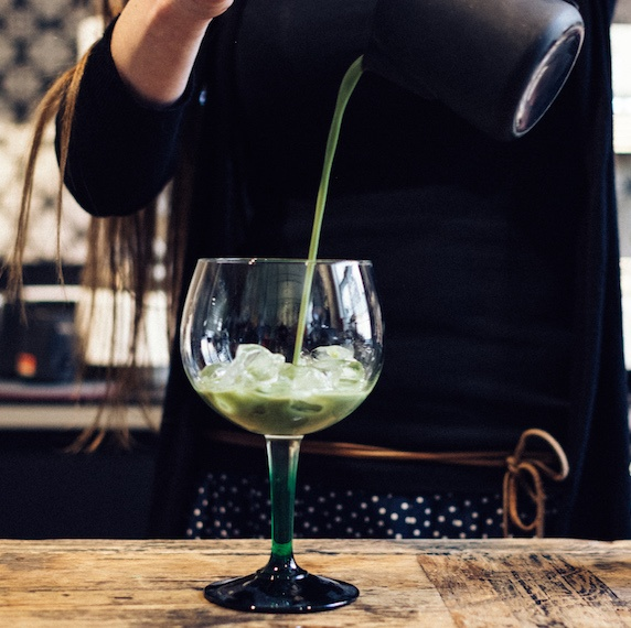 foodiesfeed.com_preparing-matcha-cocktail